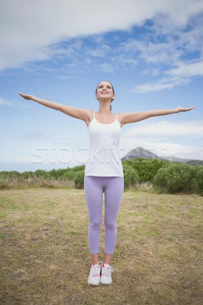 Nő áll karok a magasban vidék tájkép egészséges Stock fotó © wavebreak_media