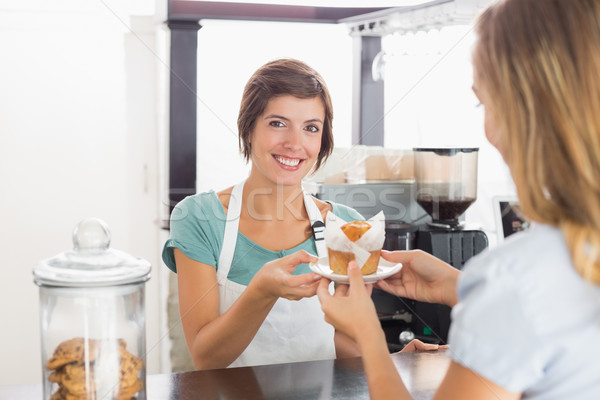 Csinos pincérnő adag muffin vásárló kávéház Stock fotó © wavebreak_media