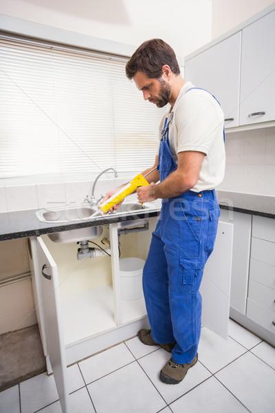 Encanador enchimento azulejos cozinha homem trabalhando Foto stock © wavebreak_media