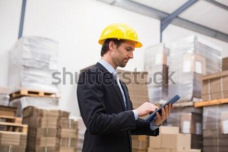 Raktár menedzser visel védősisak tart vágólap Stock fotó © wavebreak_media