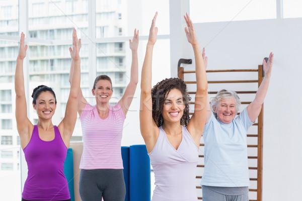 Női barátok karok a magasban testmozgás tornaterem boldog Stock fotó © wavebreak_media