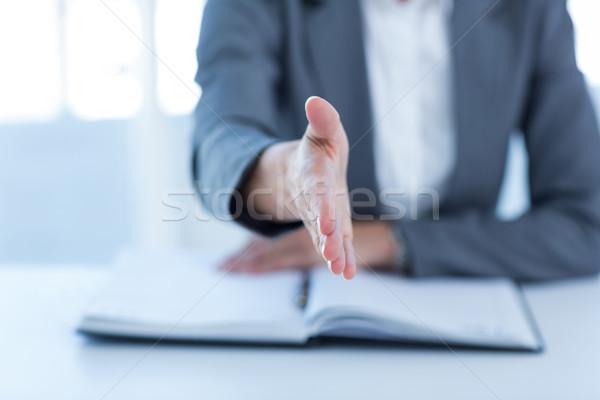 Zakenvrouw presenteren hand kantoor vrouw handdruk Stockfoto © wavebreak_media