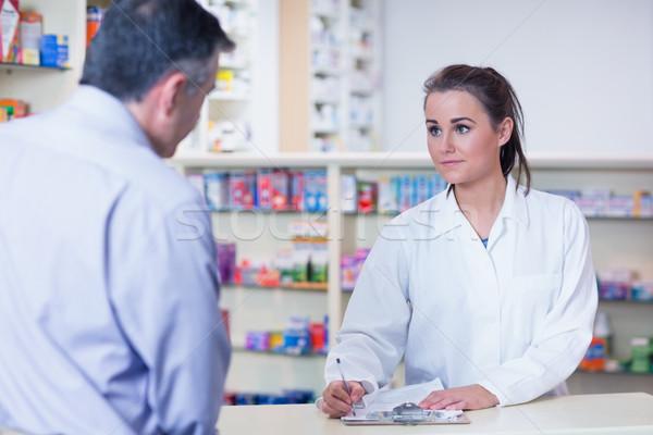 Apprendista iscritto prescrizione cliente farmacia medici Foto d'archivio © wavebreak_media