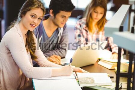 Gericht klasgenoten studeren samen met behulp van laptop bibliotheek Stockfoto © wavebreak_media