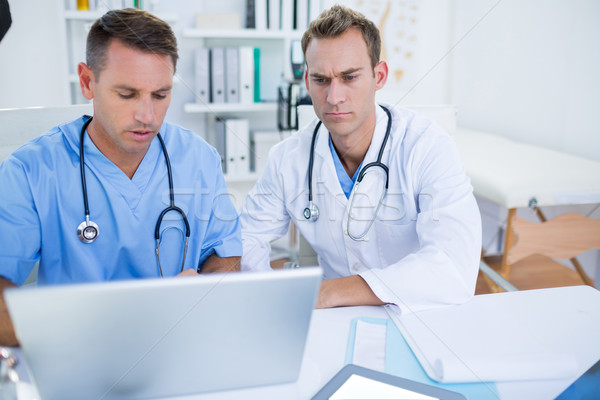 Koncentrált orvosi kollégák dolgozik laptop kórház Stock fotó © wavebreak_media