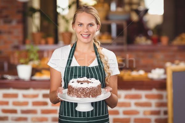 Csinos pincérnő tart csokoládés sütemény portré kávéház Stock fotó © wavebreak_media