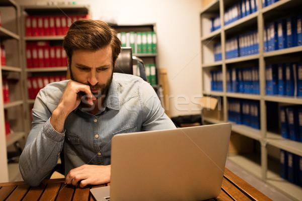 Nadenkend business uitvoerende met behulp van laptop bestand Stockfoto © wavebreak_media
