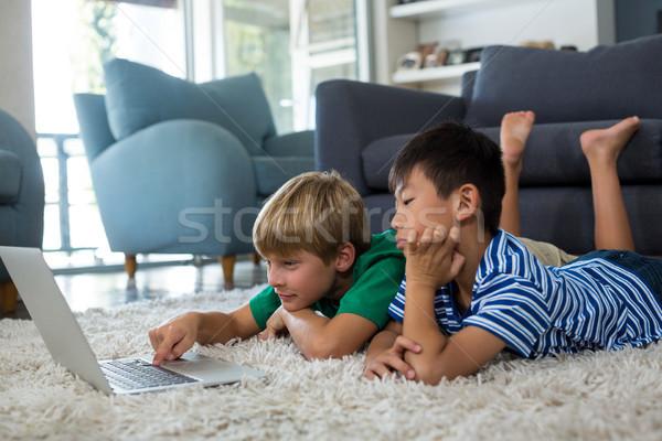 Hermanos usando la computadora portátil salón casa ordenador Foto stock © wavebreak_media