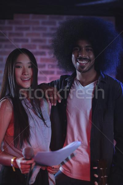Piosenkarka gitarzysta papieru nightclub portret Zdjęcia stock © wavebreak_media