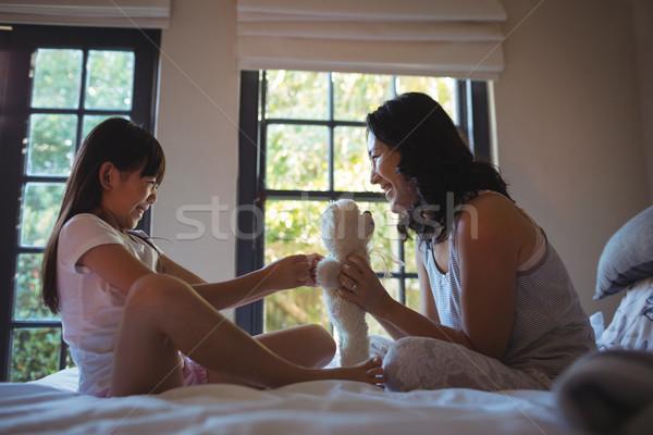 дочь матери играет мишка кровать комнату Сток-фото © wavebreak_media