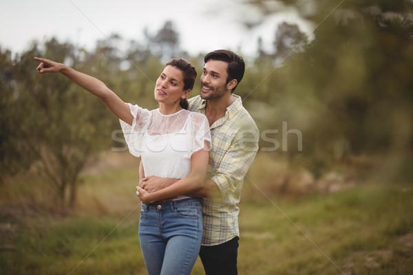 Vriendin tonen iets vriendje olijfolie boerderij Stockfoto © wavebreak_media