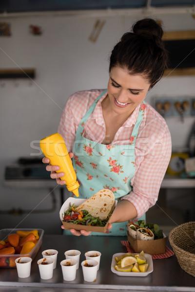 официантка еды клиентов улыбаясь бизнеса женщину Сток-фото © wavebreak_media