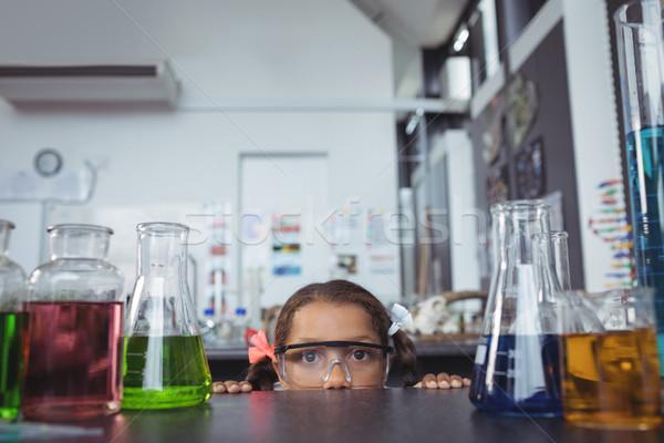 Portré alapfokú diák rejtőzködik laboratórium mögött Stock fotó © wavebreak_media