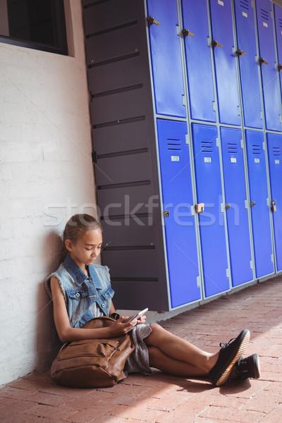 элементарный студент мобильного телефона сидят тротуар стены Сток-фото © wavebreak_media
