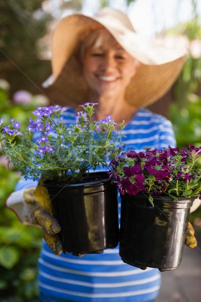 Glimlachend senior vrouw vers bloem Stockfoto © wavebreak_media
