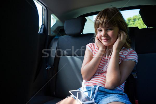 Tinilány fejhallgató mobiltelefon hát ülés autó Stock fotó © wavebreak_media