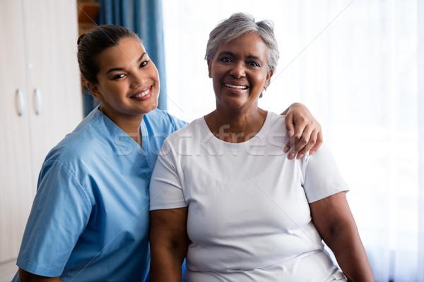 Portrait jeunes infirmière patient maison de retraite supérieurs Photo stock © wavebreak_media