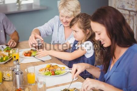Grand-mère petite fille bleu baies tarte aux pommes Photo stock © wavebreak_media