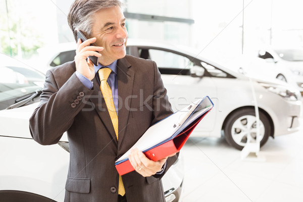 Gülen satıcı telefon görüşmesi yeni araç showroom adam Stok fotoğraf © wavebreak_media