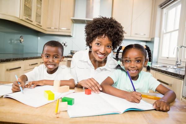 Mutter helfen Kinder Hausaufgaben Küche Frau Stock foto © wavebreak_media