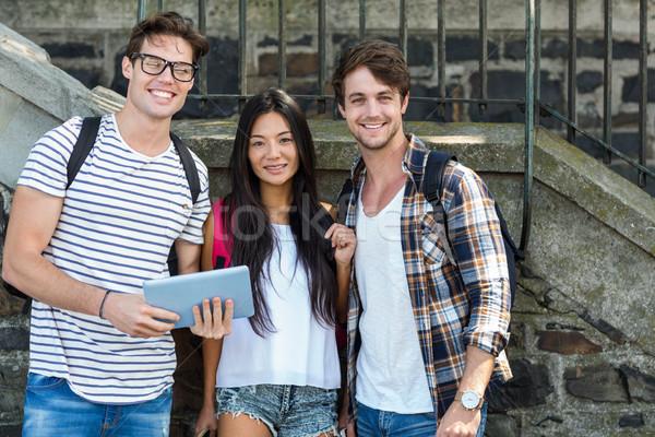 Csípő barátok néz tabletta utca nő Stock fotó © wavebreak_media