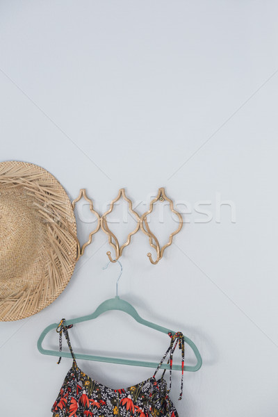 Hat abito impiccagione bianco muro primo piano Foto d'archivio © wavebreak_media
