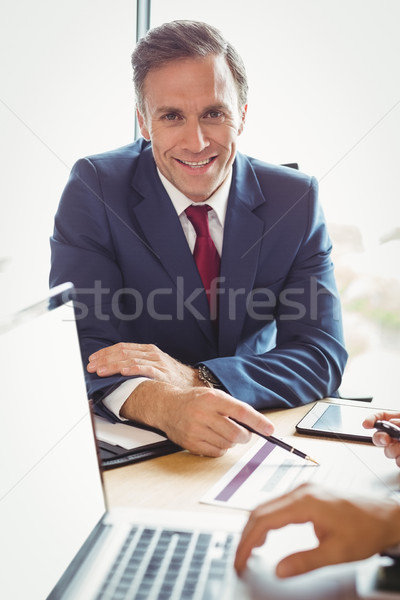 Stock fotó: üzletember · konferenciaterem · portré · toll · laptop · öltöny