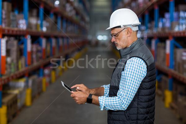 вид сбоку серьезный работник таблетка склад здании Сток-фото © wavebreak_media