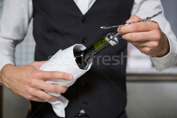 Barista open bottiglia di vino bar ristorante Foto d'archivio © wavebreak_media