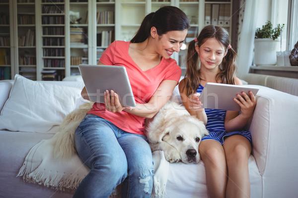 Anne kız oturma evcil hayvan köpek dijital Stok fotoğraf © wavebreak_media