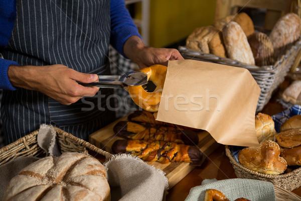 Középső rész személyzet csomagol croissant papírzacskó pult Stock fotó © wavebreak_media