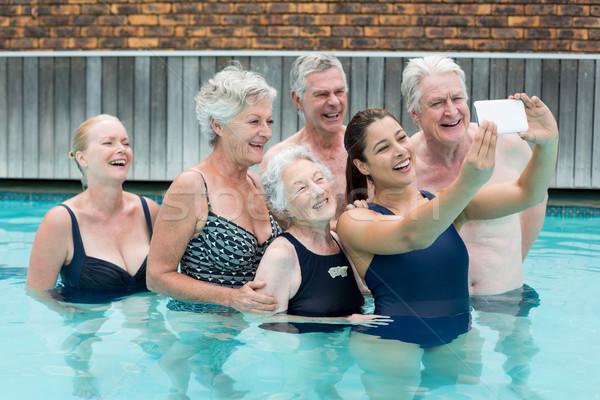Entrenador toma altos piscina mujer agua Foto stock © wavebreak_media