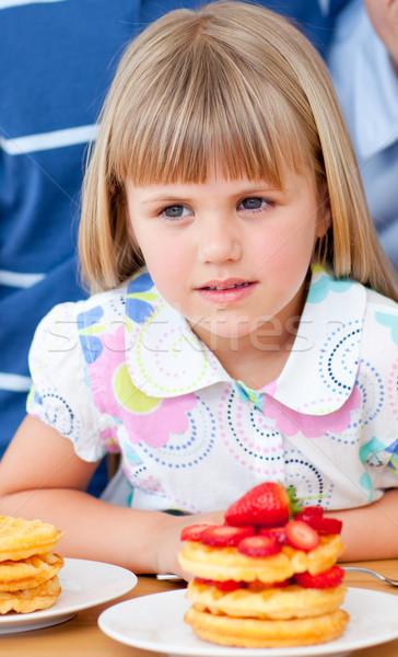かわいい 女の子 食べ イチゴ キッチン 少女 ストックフォト © wavebreak_media