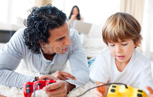Vater-Sohn spielen Videospiele Stock Wohnzimmer Familie Stock foto © wavebreak_media