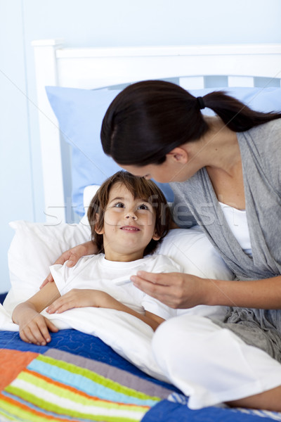 Madre figlio guardando termometro letto famiglia Foto d'archivio © wavebreak_media