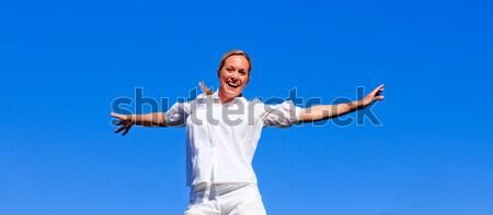 счастливым женщину чувство свободный улице улыбка Сток-фото © wavebreak_media