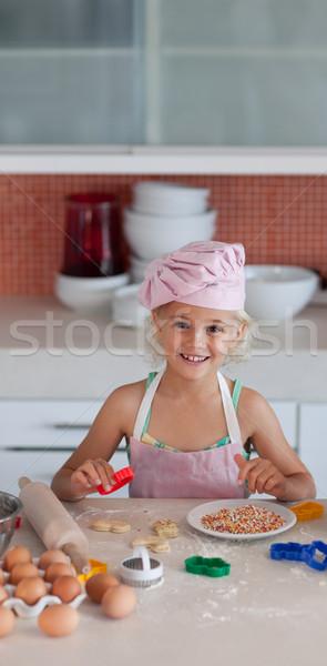 Aranyos lánygyermek sütés otthon család étel Stock fotó © wavebreak_media