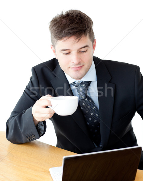 Charismatische drinken koffie met behulp van laptop ontbijt tabel Stockfoto © wavebreak_media