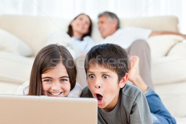 çocuklar izlerken film dizüstü bilgisayar ev kız Stok fotoğraf © wavebreak_media