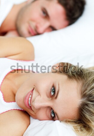 Couple couché lit femme heureux baiser Photo stock © wavebreak_media