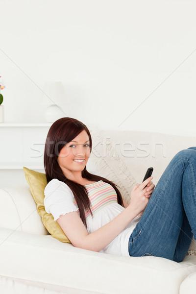 Aantrekkelijk vrouw schrijven tekst telefoon sofa Stockfoto © wavebreak_media