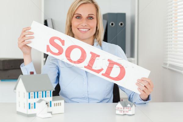 Stock fotó: Szőke · nő · üzletasszony · mutat · eladva · felirat · néz
