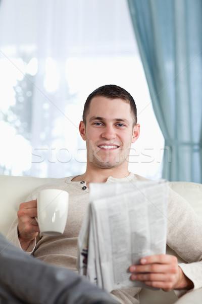 Retrato homem chá leitura notícia sala de estar Foto stock © wavebreak_media