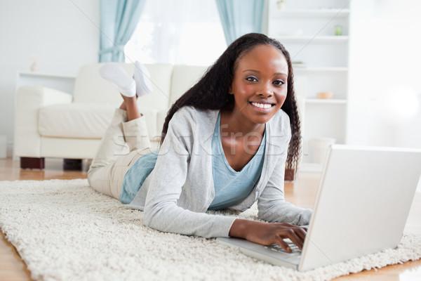 Donna sorridente piano laptop sorriso home web Foto d'archivio © wavebreak_media