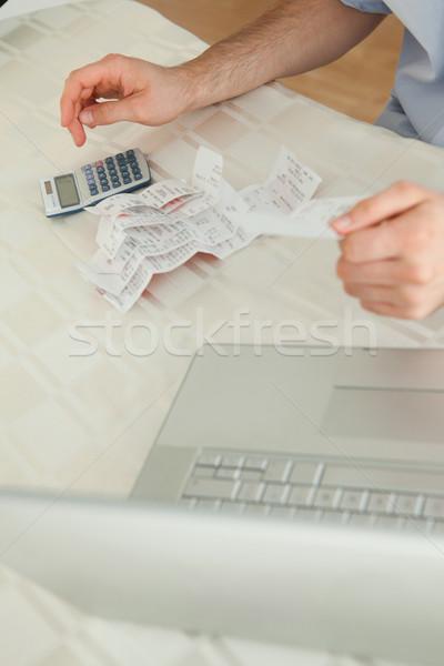 Fiatal üzletember dolgozik számlák pénzügy számológép Stock fotó © wavebreak_media