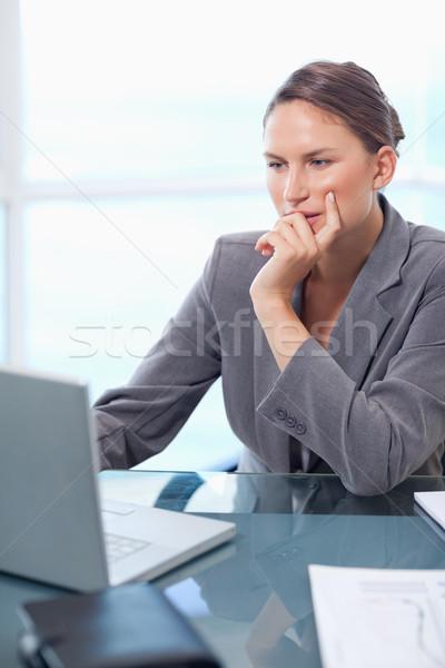 Portret nadenkend zakenvrouw werken laptop kantoor Stockfoto © wavebreak_media