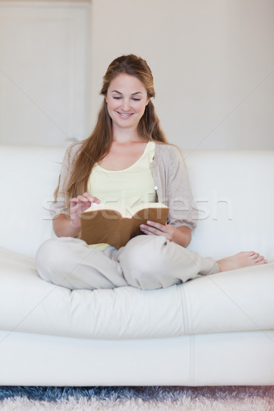 Jonge vrouw lezing boek sofa home ontspannen Stockfoto © wavebreak_media