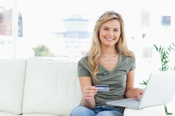 Gülümseyen bakıyor dizüstü bilgisayar kredi kartı ev bacaklar Stok fotoğraf © wavebreak_media