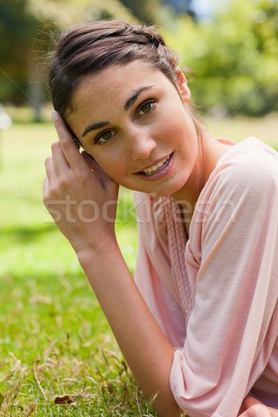 Uśmiechnięta kobieta głowie ręce front trawy komputera Zdjęcia stock © wavebreak_media