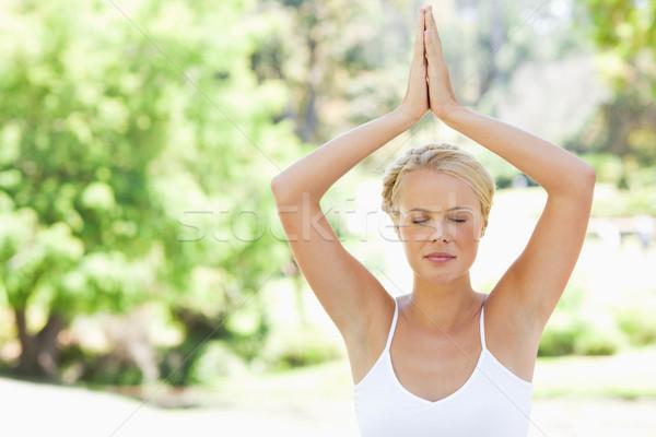 Mulher jovem ioga posição parque beleza Foto stock © wavebreak_media